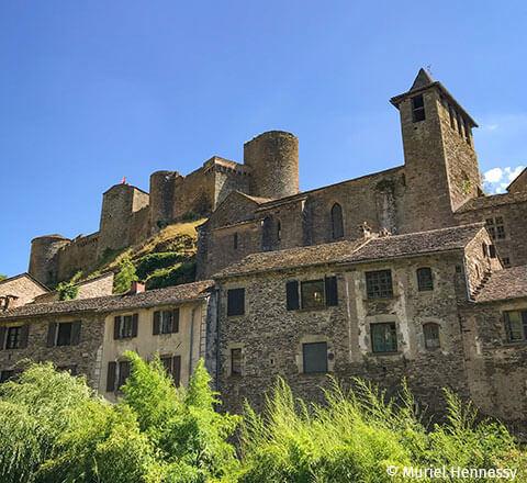 Brousse le Château est situé à 7 km du camping l'Ecrin vert en Aveyron