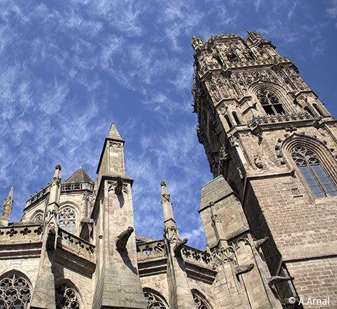 La cathédrale Notre-Dame de Rodez est à 51 km du camping nature l'Ecrin vert en Aveyron