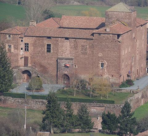 A 19 km du camping en bord de rivière l'Ecrin vert, se trouve le château de Saint-Izaire en Occitanie