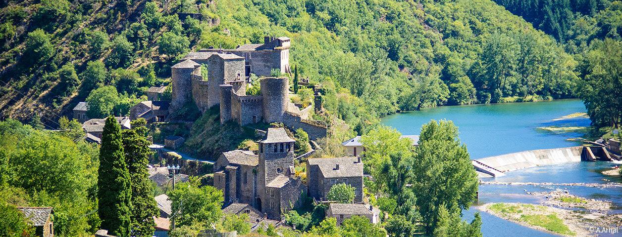 Le village médiéval de Brousse-le-Château. est situé à moins de 15 minutes de l'Ecrin vert, camping familial en Aveyron