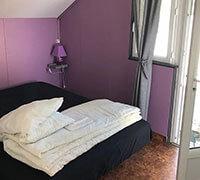 Vue de la chambre du lodge confort 4 personnes en location, au camping familial l'Ecrin vert en Aveyron