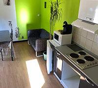 La cuisine du lodge confort 4 personnes en location, au camping en Aveyron l'Ecrin vert
