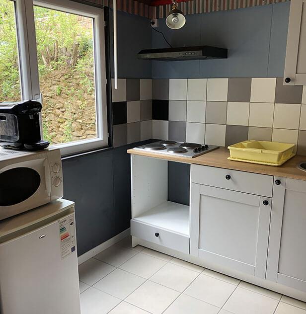 La cuisine du lodge confort 6 personnes en location, au camping l'Ecrin vert situé au pied du château de Lincou