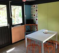 Coin repas du lodge confort 6 personnes en location, au camping nature l'Ecrin vert