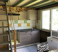 La cuisine du lodge confort 6 personnes en location, au camping l'Ecrin vert proche de Rodez