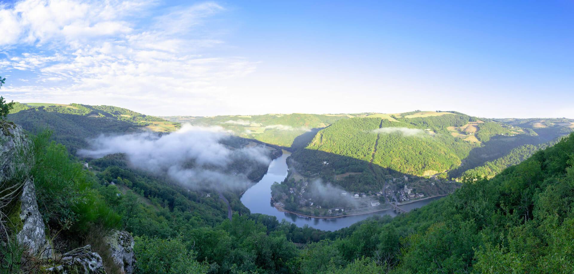 Le camping l'Ecrin vert en Aveyron est situé au pied du château de Lincou