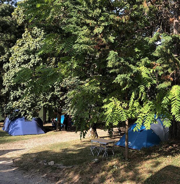 Emplacement tente du camping l'Ecrin vert en Aveyron