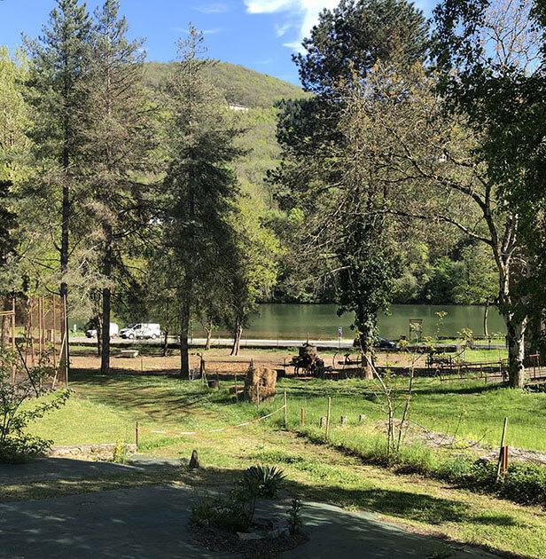 Emplacement avec vue panoramique sur la rivière du Tarn qui borde le camping nature l'Ecrin vert, en Aveyron